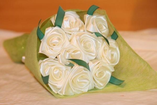 Букет цветов из лент атласных