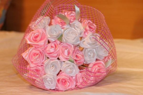 Роза на подарок из ленты