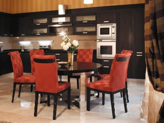 Красные стулья в интерьере кухни