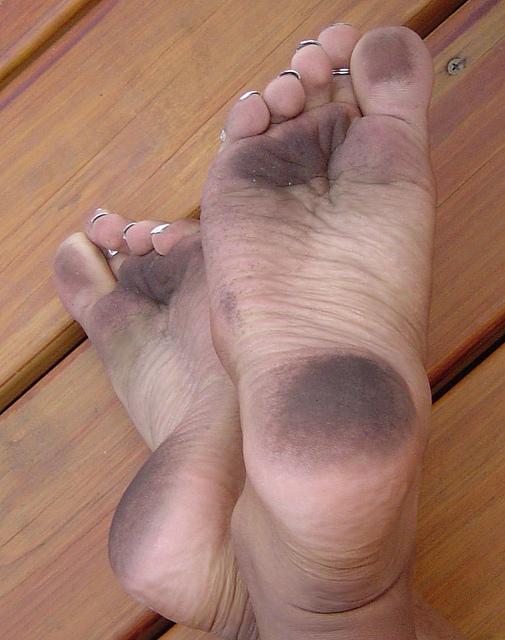 видео грязные ноги огромной