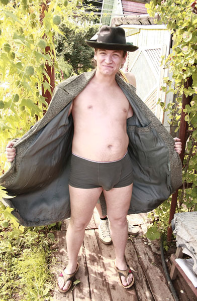 Фото голых на улице мужиков ценная