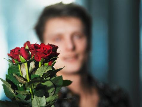 как подарить незнакомой девушке цветы