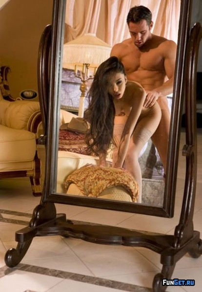эро фото у зеркала