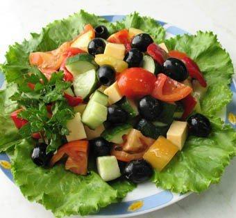 Салат греческий с маслинами и помидорами
