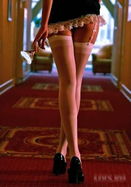 девушка в короткой юбке наклонилась фото