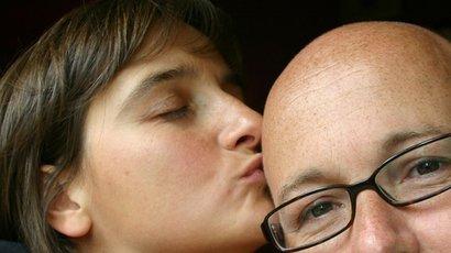 фото поцелуй с лысым мужчиной это россия, дело