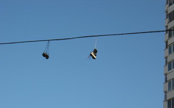 почему людей вешают без обуви