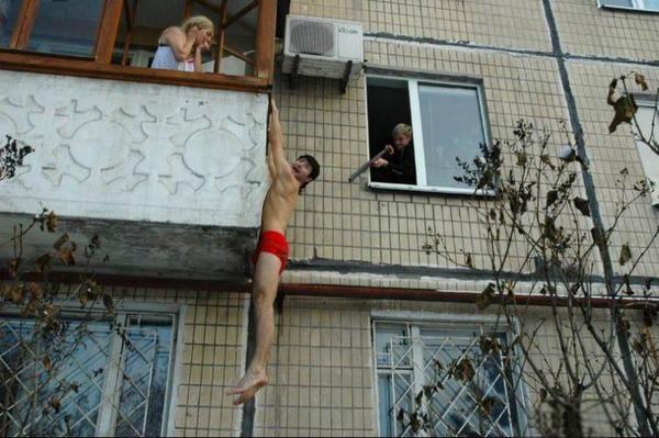 Голый муж на балконе выше