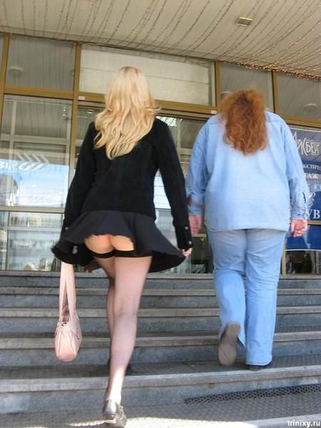 Что у девушек под короткими юбками фото