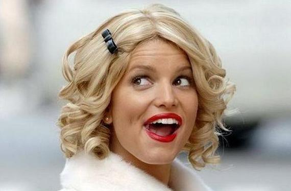 Веселая блондинка весело сосет замечательное
