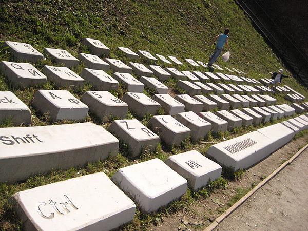 Памятник клавиатура в екатеринбурге изготовление памятников краснодар 8619