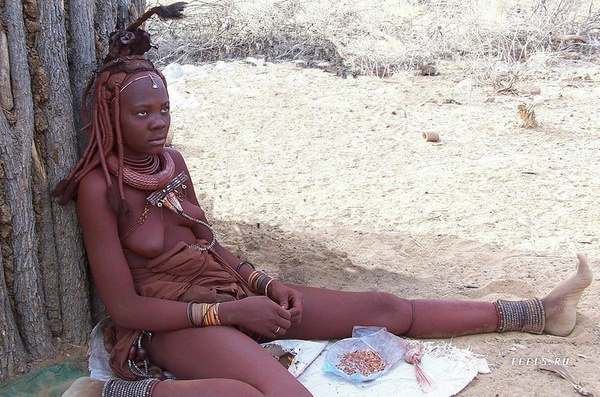 оттягивают руку африканцы