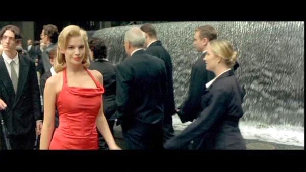 Девушка из матрицы в красном платье