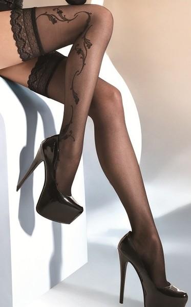 фото девушки в чулках и на каблуках