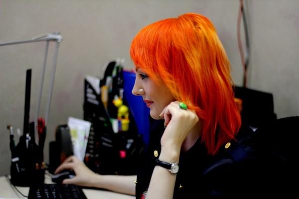 фото рыжей девушки за компьютерам