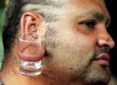 Педики прокалывают левое ухо