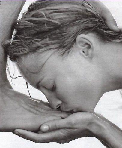 девушка целует у парня ноги