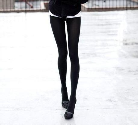 podrugi-razdvigayut-nogi