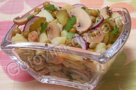 салат из маринованных или соленых грибов со сметанным соусом