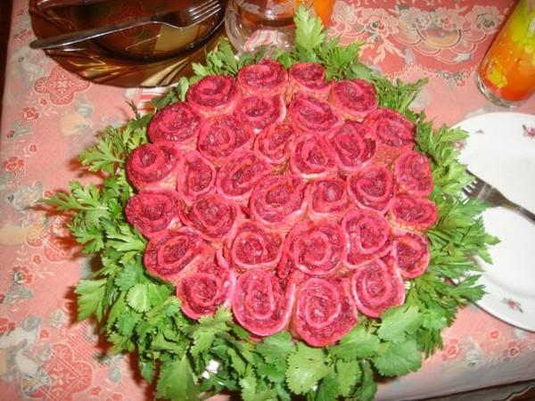 Украшение салатов розами