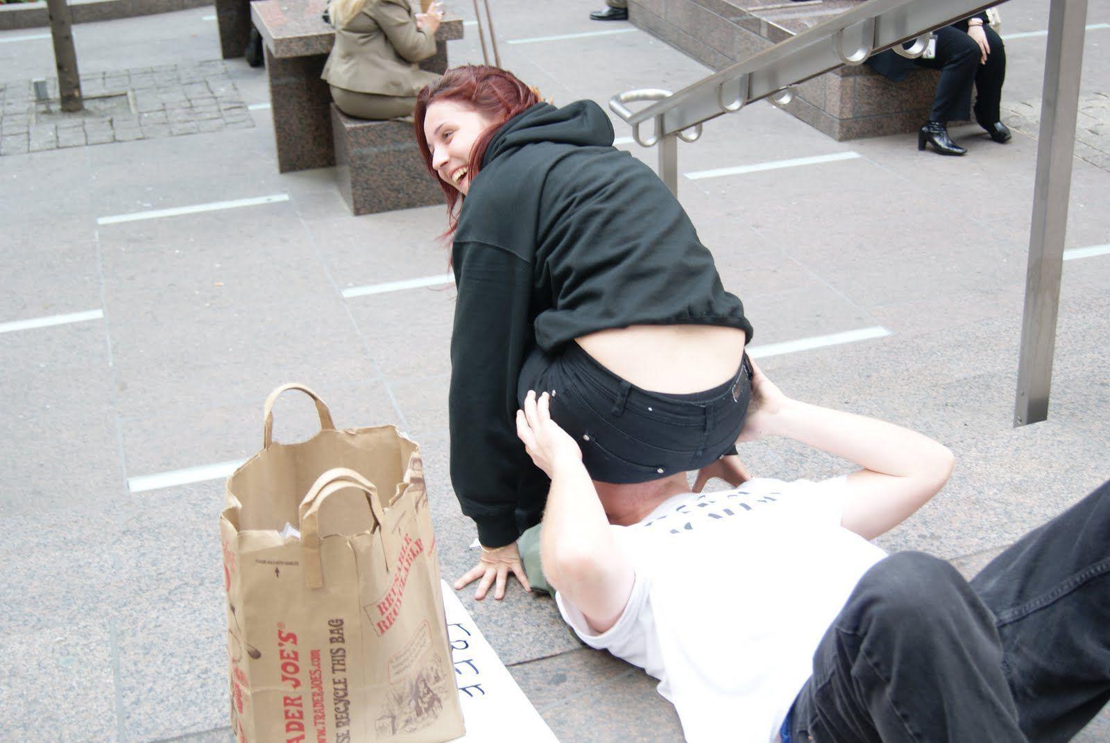 Фото женщина сидящая на лице