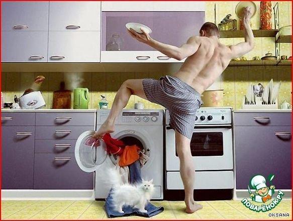 Сексуально моет посуду