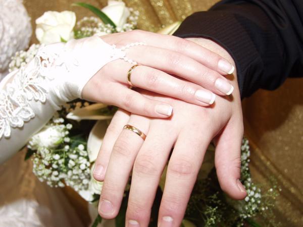 Одевать кольцо обручальное