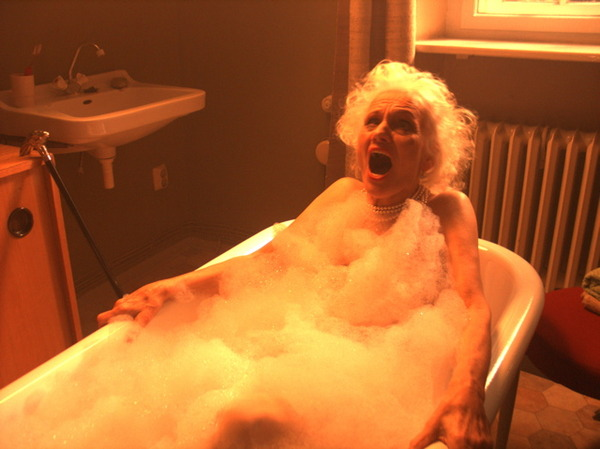 старая баба купается в ванной похотливые сучки