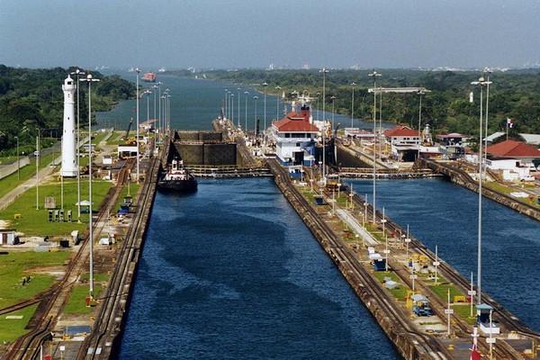 Панамский канал со шлюзами.