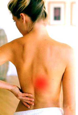 При надавливании болит спина