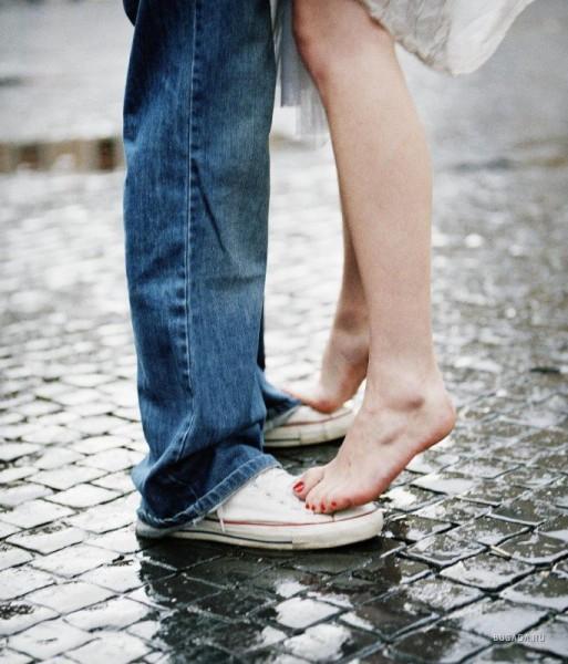 Парень и девушка ноги парня, красивая развратница с парнем фото