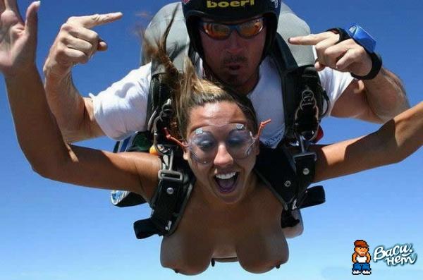 Голая девушка в парашюте
