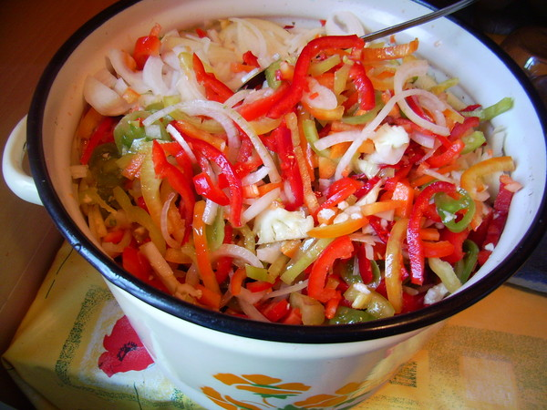 салат из капусты и помидор и перца