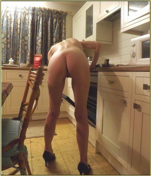 фото девушка моет в доме пол без трусиков