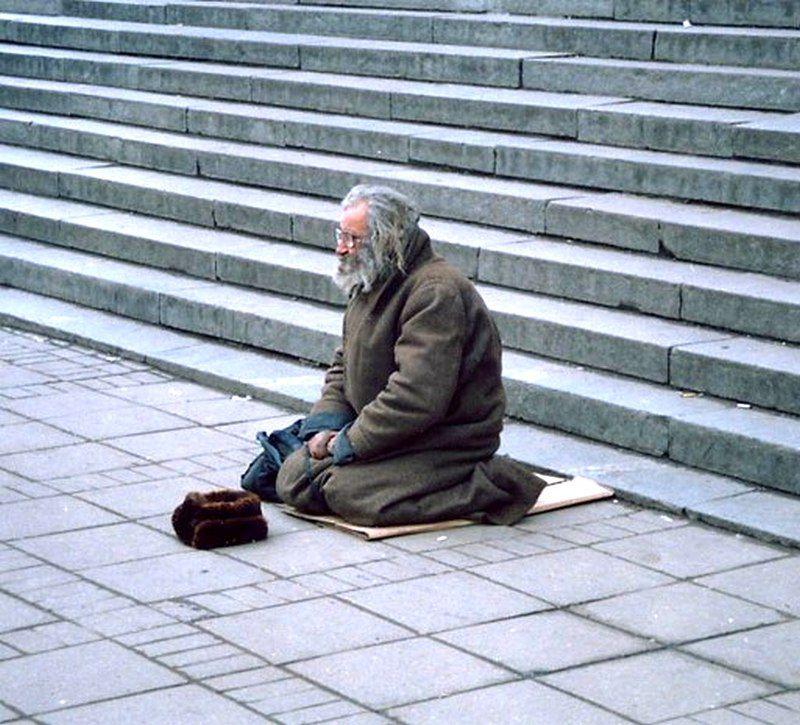 Однажды слепой человек сидел на ступеньках одного здания со шляпой