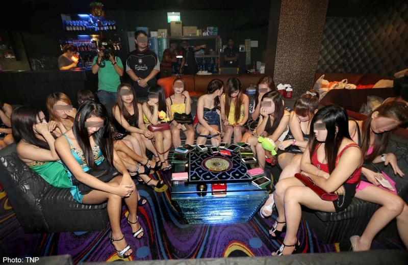 Проститутки караоке трахает проститутку дома