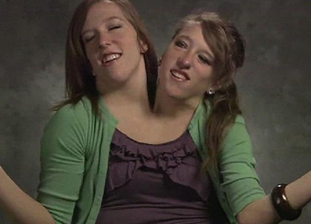 две головы на одном теле фото девушка классными