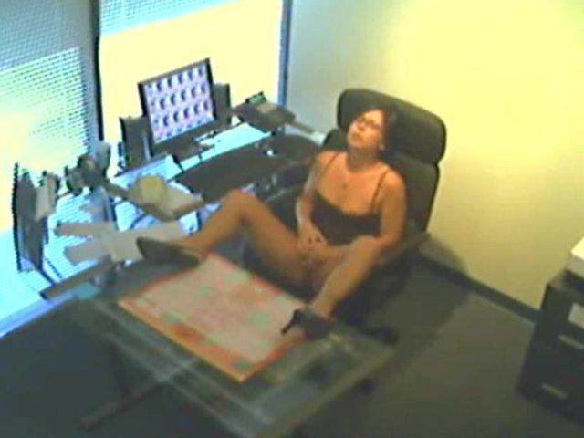 Секретарша на работе мастурбирует на скрытую камеру
