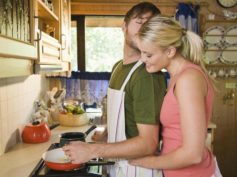 Жена на кухне и друг мужа