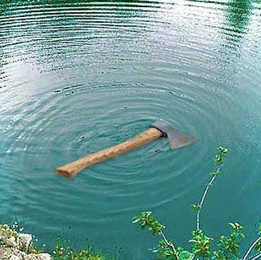 туристы плывущие на лодке уронили в реку банку с консервами
