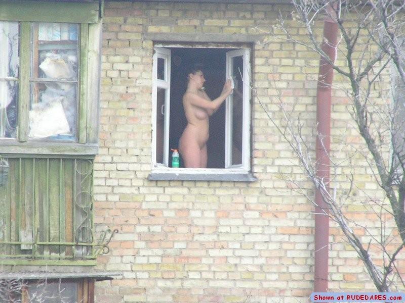 русское подсмотренное женщины за окном