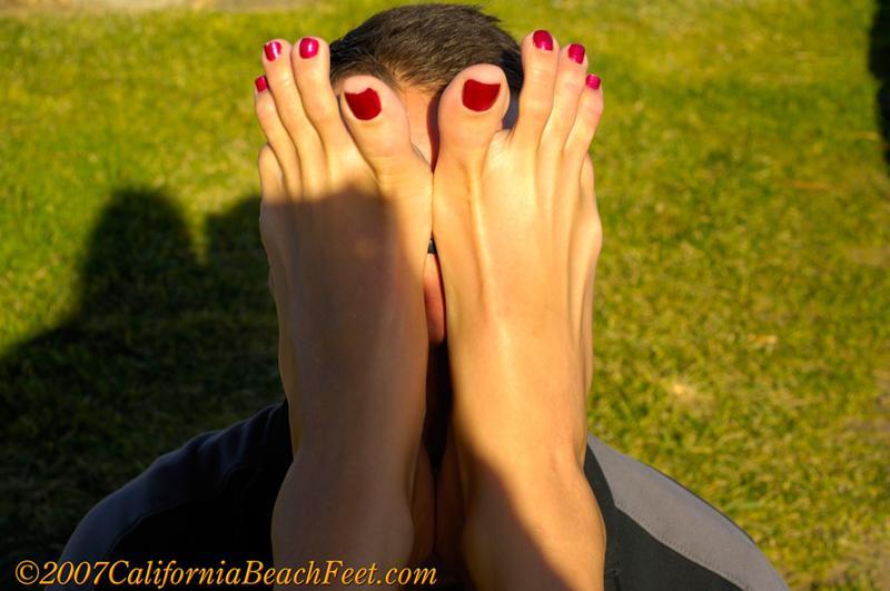 Облизывают пальцы на ногах девушки, порно дамы огромные жопы анал крюк