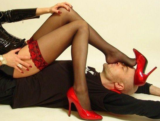 Мужчина целует женские ножки в чулках видео