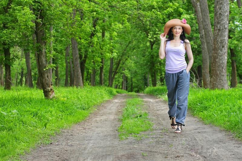 Девушка гуляет по лесу порус