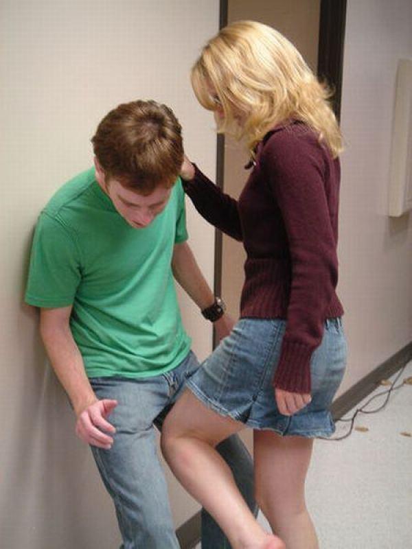 Высокая женщина сосет хуй держа парня на руках, секс с фигуристка мин